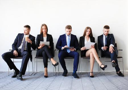 gente sentada: La gente de negocios de espera para la entrevista de trabajo