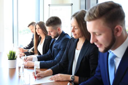 hilera: Imagen de la fila de la gente de negocios que trabajan en el seminario
