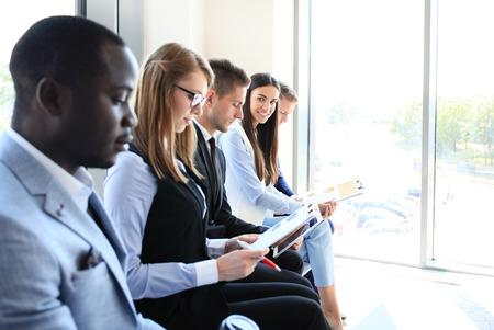 La gente de negocios de espera para la entrevista de trabajo