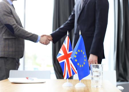 I leader dell'Unione europea e del Regno Unito si stringono la mano per un accordo commerciale. Brexit. Archivio Fotografico - 78367500