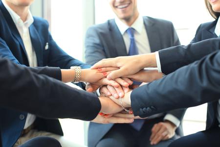 Gruppe von rührenden Händen des Geschäftsmannteams zusammen. Selektiver Fokus