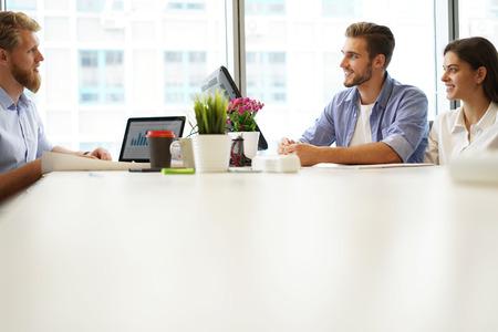 Consulente aziendale che analizza i dati finanziari che indicano l'avanzamento dei lavori dell'azienda.