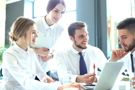 Groep zakenpartners die ideeën bespreken en het werk in bureau plannen