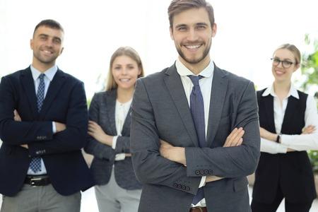 Geschäftsmann mit Kollegen im Hintergrund im Büro
