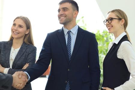 Ludzie biznesu uścisk dłoni, kończą spotkanie