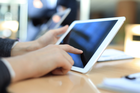 Immagine della mano umana che punta al touchscreen nell'ambiente di lavoro alla riunione Archivio Fotografico