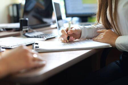 Consulente aziendale che analizza i dati finanziari che indicano l'avanzamento dei lavori dell'azienda
