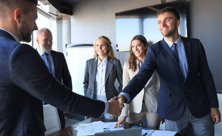 Gens d'affaires se serrant la main, terminant une réunion Banque d'images