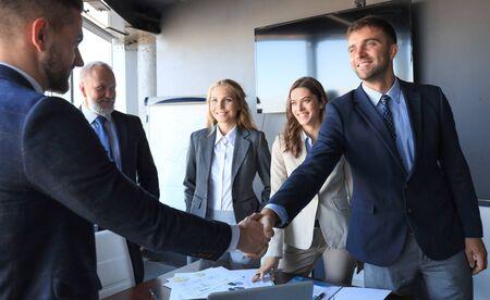 Mensen uit het bedrijfsleven handen schudden, een vergadering afronden Stockfoto