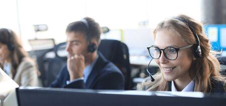 Opérateur de support client féminin avec casque et souriant Banque d'images