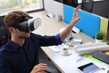 Inquadratura di un ingegnere che indossa un visore VR in un nuovo edificio. Cambia il modo in cui vedi e vivi il mondo