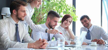 Geschäftskollegen diskutieren neue Möglichkeiten. Mensch und Technik Standard-Bild