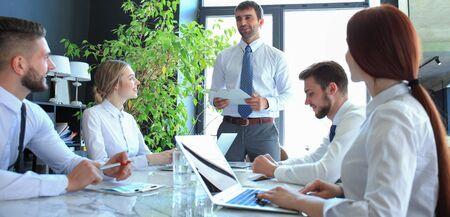 Das Business-Team begrüßt den Redner bei der Präsentation des neuen Projekts