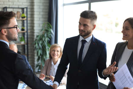 Business people shaking hands, finishing up a meeting Imagens