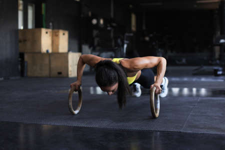 Sporty indian strong woman doing push-ups on rings Zdjęcie Seryjne