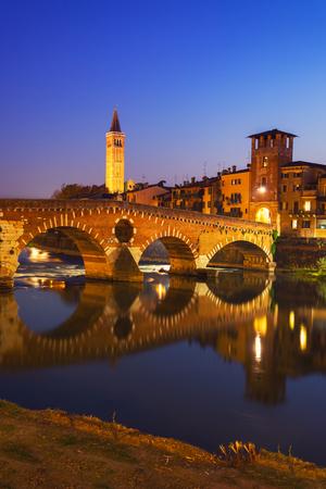 베로나 - 피에트라 다리 밤 - 이탈리아에서 Adige 강 에디토리얼