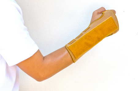 elbow band: Wrist support with right hand