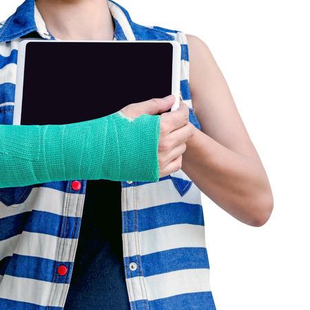 splint: Primer de un brazo quebrado en una tableta del molde y del control aislada en el fondo blanco.