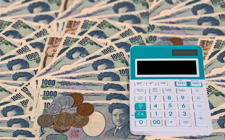 Japanese currency yen bank note with coin and calculator Фото со стока