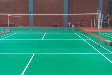 ligne sur le terrain de badminton vert.