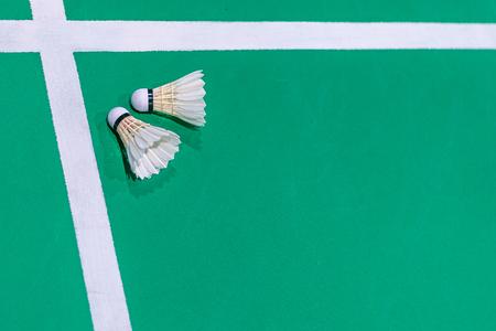 closeup badminton shuttlecock on green court. Standard-Bild - 110095441