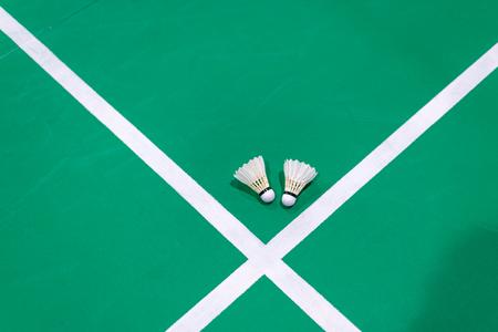 badminton shuttlecock on green court. Standard-Bild - 110097204
