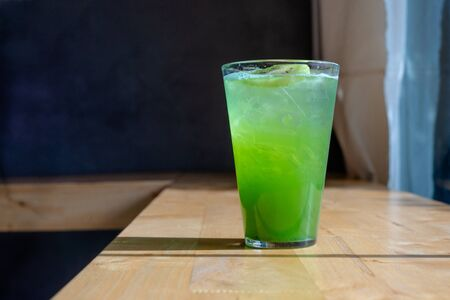 Italian Soda Cold Beverage and Kiwi Fruit on top in cafe Standard-Bild