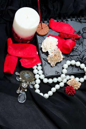 feminine background: Rom�ntica de fondo femenino con joyas y flores