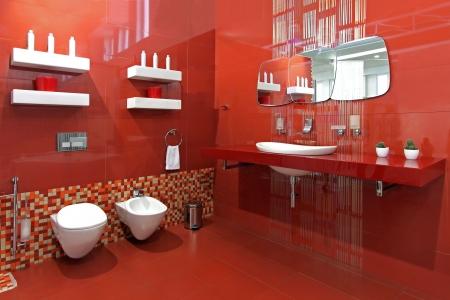ceramics: Cuarto de ba�o moderno, con paredes de cer�mica de color rojo y los accesorios contempor�neos Foto de archivo
