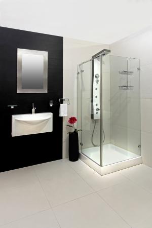 bathroom tiles: Moderno bagno con piastrelle bianche e nere Archivio Fotografico