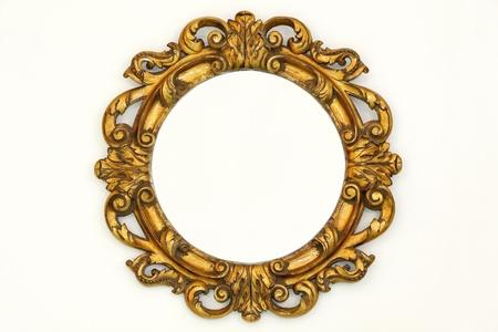 barocco: Ovale in stile cornice dorata barocca sulla parete beige