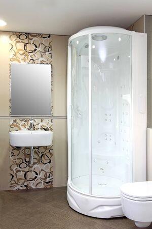 cabine de douche: Petite cabine de douche blanche � l'int�rieur salle de bain