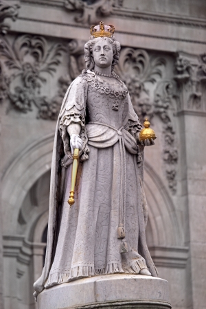 sceptre: Statue of Queen Anne in front of St Paul Stock Photo