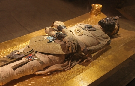 tumbas: Egipcio antiguo cuerpo momia preservada por momificaci�n Editorial