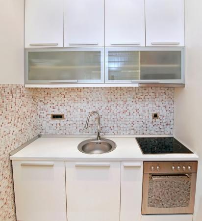 Çağdaş aletleri ile modern mutfak iç içeride Küçük pult