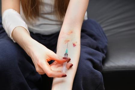 droga: Maschio tossicodipendente con la siringa e l'ago in mano