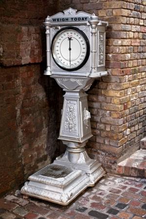 old times: Retro escala de pesaje utilizada en la calle en los viejos tiempos para pesar personas Foto de archivo