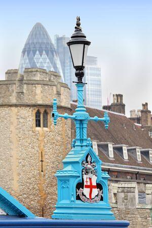 lamp post: Vintage blu lampada posta sul Tower Bridge a Londra