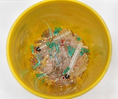Tıbbi atık konteyner içinde kullanılan iğne ve şırınga Bunch Stock Photo