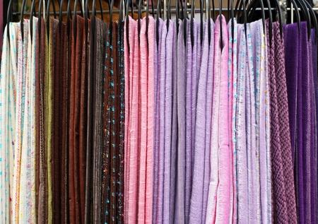 sciarpe: Moda tessile sciarpe accessori disposti in una fila