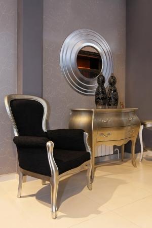 Gümüş ve siyah mobilyalarla küçük fuaye iç Stock Photo