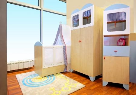 bebe cuna: Interior moderno del cuarto de ni�os con cuna de beb� Foto de archivo