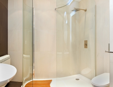 cabine de douche: Int�rieur de salle de bains moderne avec verre cabine de douche Banque d'images