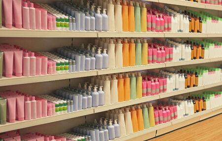 artigos de higiene pessoal: Grande prateleira de loja de varejo no interior com produtos cosm