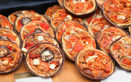 mini pizza: Freshly baked mini pizzas sold on market as fast food