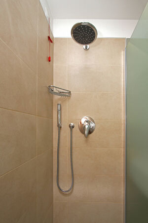 cabine de douche: A l'int�rieur cabine de douche moderne avec des installations contemporaines