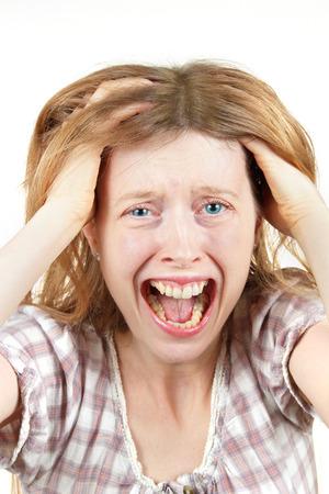 Jeune femme crier à l'agonie avec la bouche tête de maintien grand ouvert