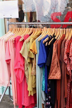 moda ropa: De colores Ropa de moda femenina que se venden en la calle