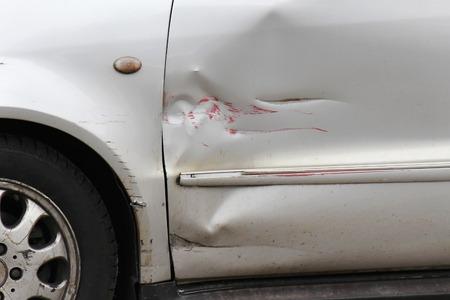 銀の車のドアの外観に赤い傷 写真素材