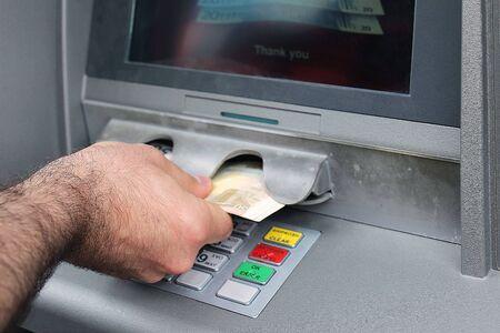 Maschio mano prendendo soldi da bancomat Archivio Fotografico - 40962578